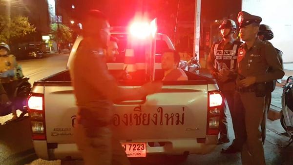 รวบ 2 หนุ่มอเมริกัน เมาอาละวาดทุบกระจกรถชาวบ้าน-ถุยน้ำลายใส่ ตร.ซ้ำ