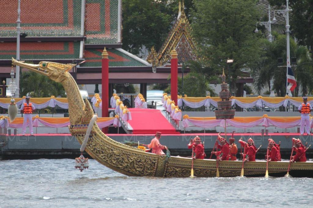 ทร.ซ้อมใหญ่เชิญเรือพระที่นั่งสุพรรณหงส์ เพื่อใช้ในพระราชพิธีบรมราชาภิเษกฯ