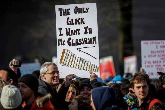 """ฟลอริดาผ่านกฎหมายอนุญาตครู """"พกปืน"""" ป้อนกันเหตุกราดยิงในโรงเรียน"""