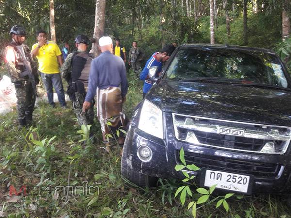 ผู้ใหญ่บ้านใจเด็ดนำทีมไล่ล่ากระบะแหกด่านจนต้องทิ้งรถหลบหนี ยึดใบกระท่อม 14 กระสอบ
