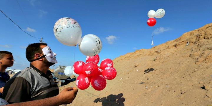 """อิสราเอลโจมตีฐานฮามาส หลังมี """"ลูกโป่งพ่วงระเบิดเพลิง"""" ลอยเข้าอิสราเอล"""