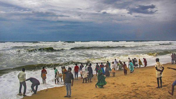 ไซโคลนฟานิขึ้นชายฝั่งอินเดีย ประชากรล้านคนอพยพแล้ว