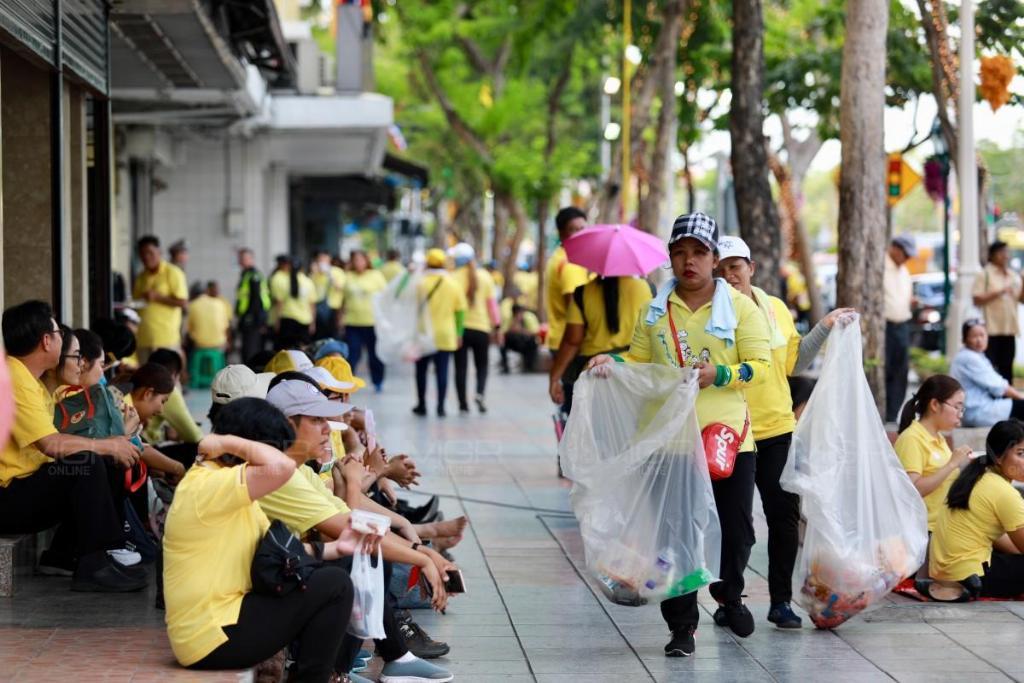 ประมวลภาพ : พสกนิกรชาวไทยเฝ้าฯ รับเสด็จสมเด็จพระเจ้าอยู่หัวเนืองแน่น
