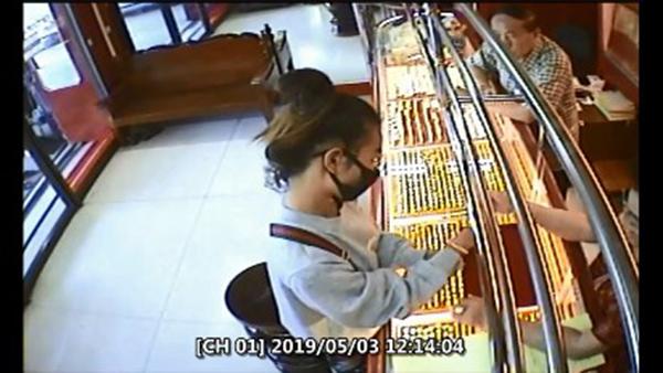 รวบสาวมหาลัยชิงทอง 2 บาทหวังไปจ่ายค่าเทอม สุดท้ายไปไม่รอดจับกุมตัวได้