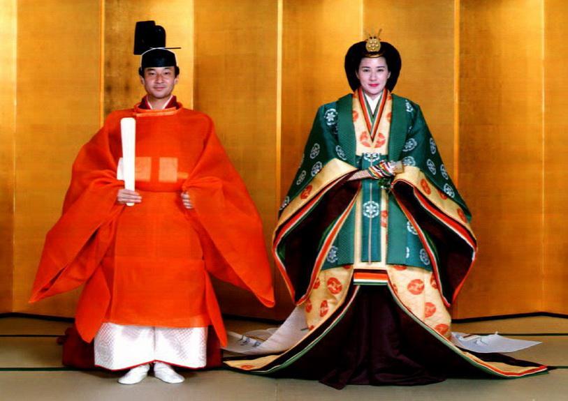 เจ้าฟ้าชายนารูฮิโตะ และ น.ส. มาซาโกะ โอวาดะ ในพระราชพิธีเสกสมรสซึ่งจัดขึ้น ณ พระราชวังอิมพีเรียล เมื่อวันที่ 2 มิ.ย. ปี 1993