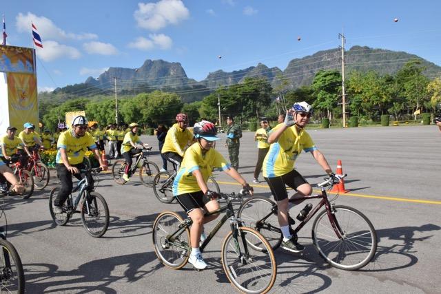 ชาวทองผาภูมิ ร่วมกิจกรรมทำบุญตักบาตร ปั่นจักรยานเพื่อสุขภาพและปลูกต้นไม้เฉลิมพระเกียรติ รัชกาลที่ 10