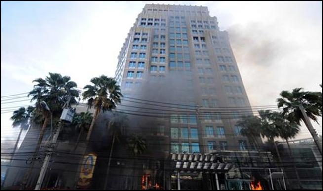 ภาพเมื่อครั้งอาคารตลาดหลักทรัพย์แห่งประเทศไทย (ตลท.) ถูกเผาเมื่อปี 2553