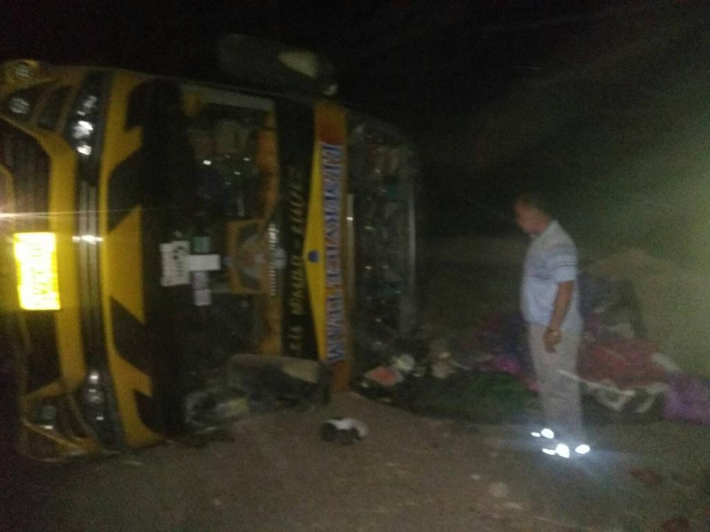 45 ชีวิตระทึก..รถทัวร์พลิกคว่ำข้างทางบ้านตาก เจ็บกว่า 20 ราย