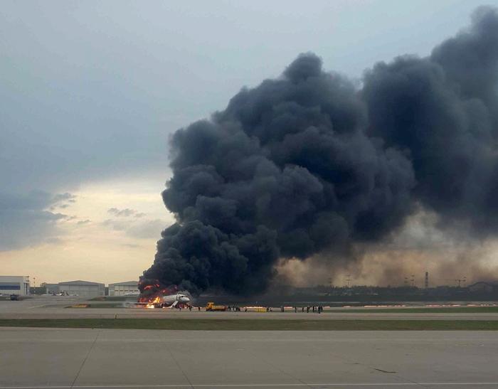 ด่วน!! เครื่องบินสายการบินแอโรฟลอตไฟไหม้ลงจอดฉุกเฉินที่มอสโก ตาย 1 เจ็บอย่างน้อย 5