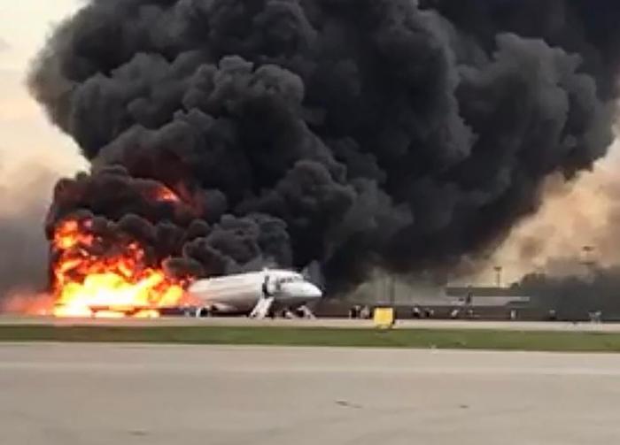 ตายอย่างน้อย 13 !! เครื่องบินโดยสารรัสเซียไฟไหม้กลางอากาศ  ลงจอดฉุกเฉินที่สนามบินมอสโก