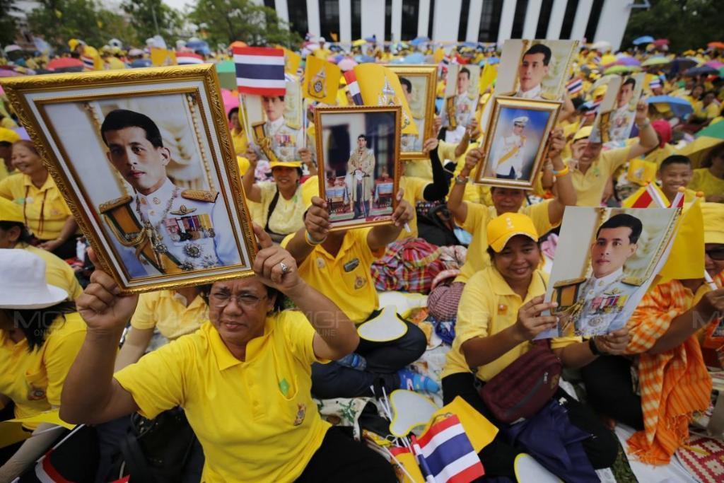 ประมวลภาพ : ประชาชนเฝ้ารอถวายพระพรในหลวงรัชกาลที่ ๑๐ ณ พระที่นั่งสุทไธสวรรย์ปราสาท