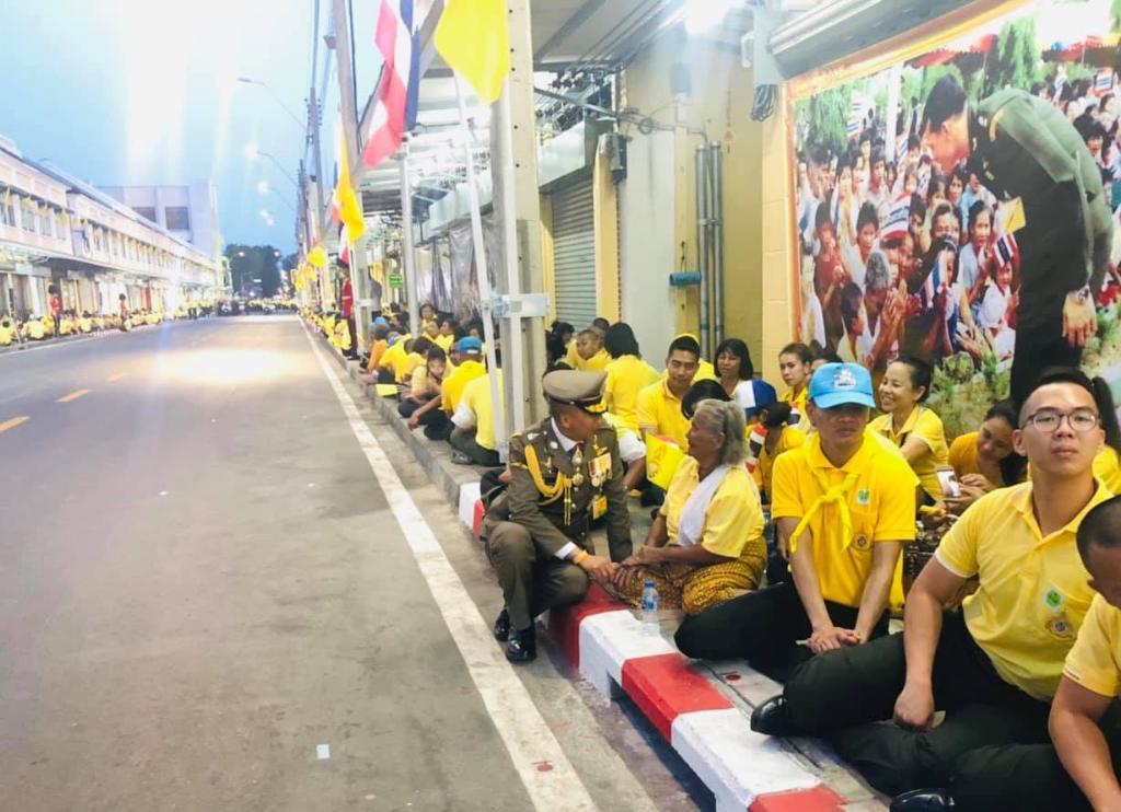 ภาพสุดประทับใจ ผู้การฯ ต่อศักดิ์ นั่งริมฟุตปาธ พูดคุย ปชช. ที่มารอรับเสด็จฯ ไม่ถือตัว ชาวเน็ตแห่ชม