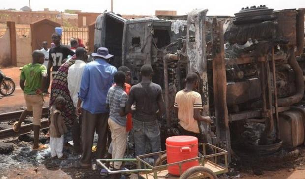สยอง!!รถบรรทุกเชื้อเพลิงพลิกคว่ำ คนแห่รองน้ำมัน-ระเบิดบึ้มย่างสด58ศพ