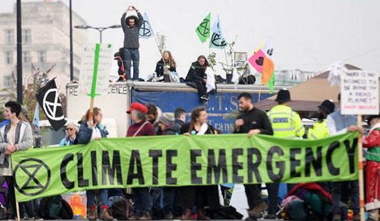 ผู้ประท้วงที่ลอนดอนกดดันสภาผ่านมติประกาศภาวะฉุกเฉินเรื่องโลกร้อน