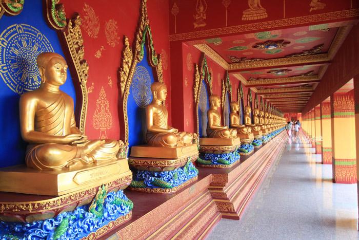 พระพุทธรูปจำนวนมากในทางเดินระเบียงราย