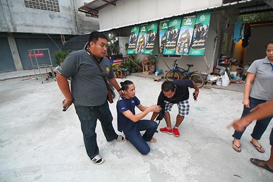 ฝ่ายปกครองคลองหลวง บุกห้องเช่าจับยาเสพติดได้ผู้ต้องหา 4 คน