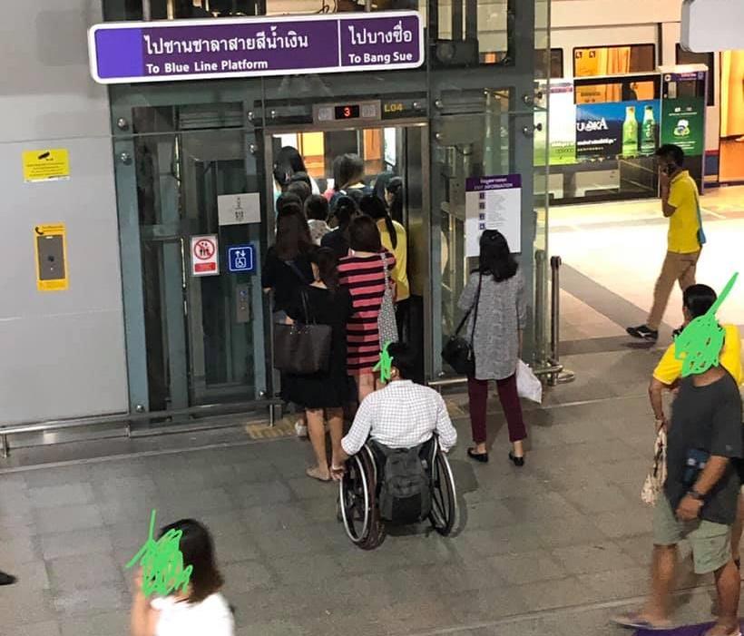 ไร้จิตสำนึก! ต่อแถวใช้ลิฟต์ผู้พิการหน้าตาเฉย ไม่สนผู้พิการรอใช้งานด้านหลัง