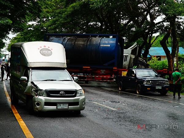 ฝนตกลมพัดแรงทำกิ่งไม้ตกลงบนถนนที่พัทลุง รถเบรกกะทันหันชนท้ายกัน 4 คันรวด