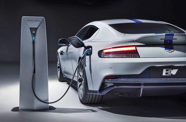 รถ Aston Martin รุ่น Rapide E สามารถใช้เดินทางต่อเนื่องได้มากกว่า 300 กิโลเมตรต่อการชาร์จไฟจนเต็มหนึ่งครั้ง และระยะเวลาที่ใช้ในการชาร์จด้วยไฟทั่วไปจะใช้เวลาประมาณ 3 ชั่วโมงเท่านั้น