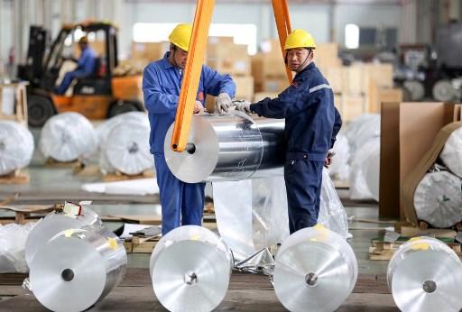 จีนได้เริ่มลดกำลังการผลิตส่วนเกินมาตั้งแต่ปี 2559 โดยได้ลดกำลังการผลิตเหล็กดิบลง 150 ล้านตันและลดการผลิตถ่านหิน 810 ล้านตัน (แฟ้มภาพเอเอฟพี)