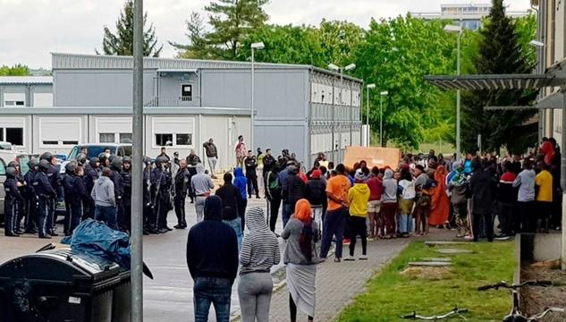 """""""ผู้อพยพ"""" ดับในศูนย์พักพิงเยอรมัน ตำรวจต้องใช้ร่วม 3 ชั่วโมงกว่าเอาศพออกมาได้"""