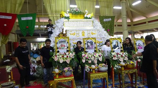 เศร้า!!พิธีรดน้ำศพครอบครัว 4ผู้เสียชีวิตจากอุบัติเหตุเสียชีวิต 6 ศพที่อ่างทอง