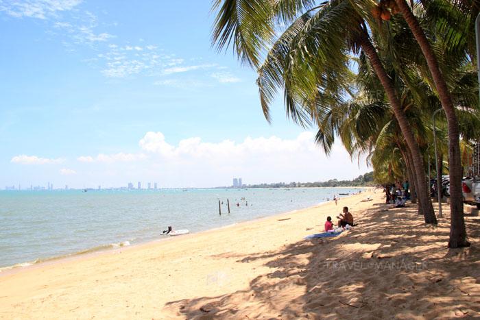 นั่งปิกนิกริมชายหาดบางเสร่