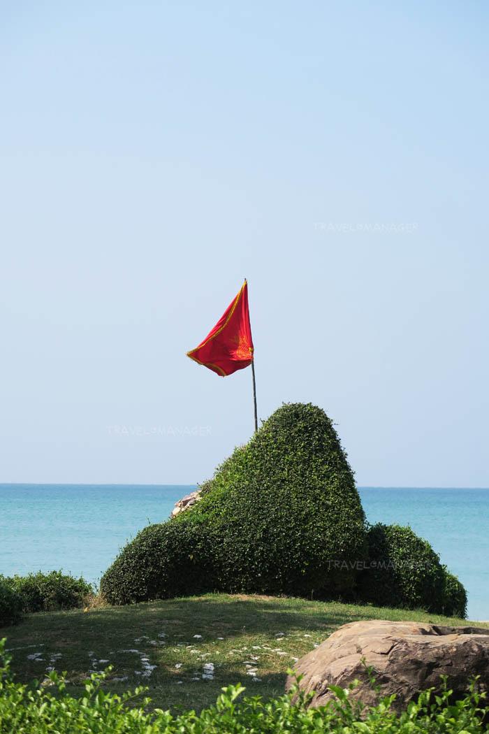 ธงราชนาวิกโยธินบนก้อนหินใหญ่กลางหาดเตยงาม