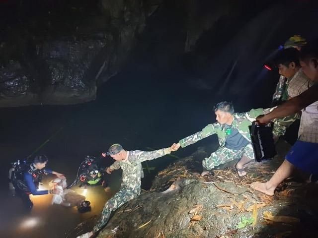 เจอแล้ว ! ร่างหนุ่มชาวพม่าหลังดำน้ำหาปลาในถ้ำกลางป่า อช.ลำคลองงู