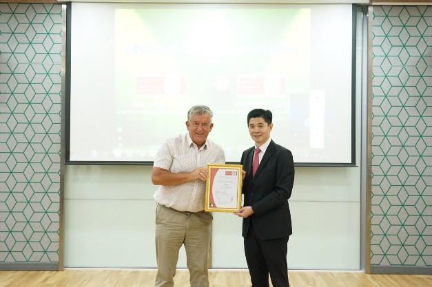 """""""คาราบาวแดง"""" ตอกย้ำการเป็นสินค้าระดับโลก แบรนด์ระดับโลก เครื่องดื่มชูกำลังรายแรกในไทย ที่ได้รับการรับรองมาตรฐานระบบการจัดการอาชีวอนามัย  ความปลอดภัย และสิ่งแวดล้อม"""
