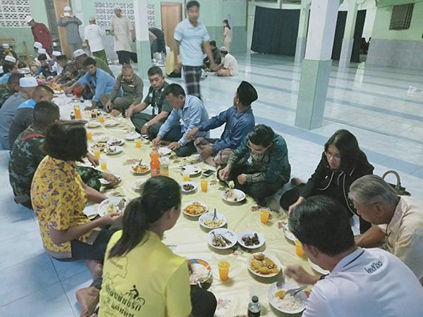 ศปก.เบตงพบปะพี่น้องชาวไทยมุสลิม พร้อมร่วมละศีลอดสร้างความสัมพันธ์อันดี