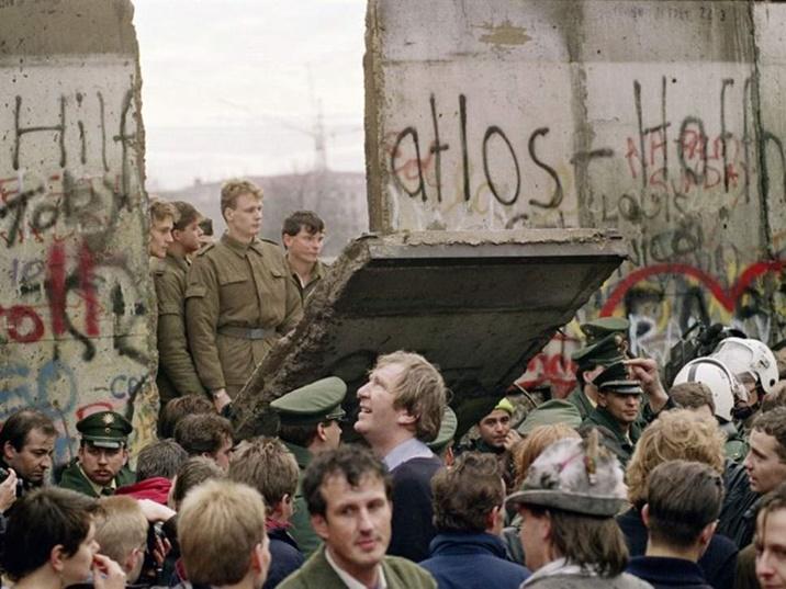"""In Clips: ครบรอบ 30 ปีกำแพงเบอร์ลินล่มสลาย!!  เยอรมันจ่ายค่าชดเชย """"เด็กเหยื่อถูกขัง""""ในสถาบันรบ.คอมมิวนิสต์เยอรมันตะวันออก"""
