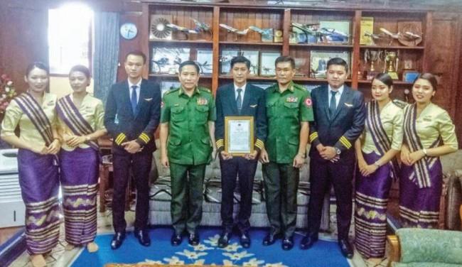 ผบ.สส.พม่ามอบใบประกาศยกย่องนักบินนำเครื่องเมียนมาร์แอร์ไลน์สลงจอดได้อย่างปลอดภัย