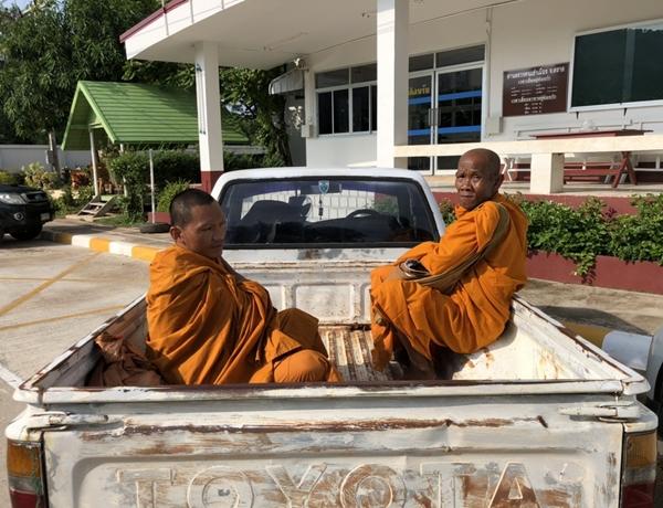 รวบ 2 ชาวกัมพูชา แต่งกายเลียนแบบพระสงฆ์ออกบิณฑบาตในตลาดสดคลองใหญ่ จ.ตราด