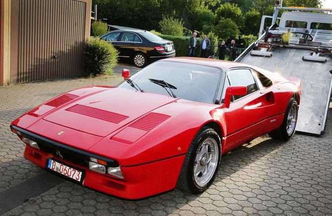 รถยนต์เฟอร์รารี 288 จีทีโอ รุ่นปี 1985 ที่ถูกขโมยไประหว่างการทดลองขับ กำลังถูกดึงขึ้นรถลากในเมืองเกรเวนบรอยช์ ทางตะวันตกของเยอรมนี หลังพบมันในโรงจอดรถแห่งหนึ่ง