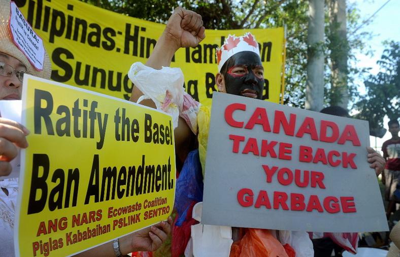 นักเคลื่อนไหวด้านสิ่งแวดล้อมรวมตัวประท้วงที่หน้าวุฒิสภาในกรุงมะนิลาเมื่อเดือน ก.ย. ปี 2015 เพื่อเรียกร้องให้มีการส่งตู้คอนเทนเนอร์บรรจุขยะเน่าเสียหลายสิบตู้กลับไปยังแคนาดา (แฟ้มภาพ – เอเอฟพี)
