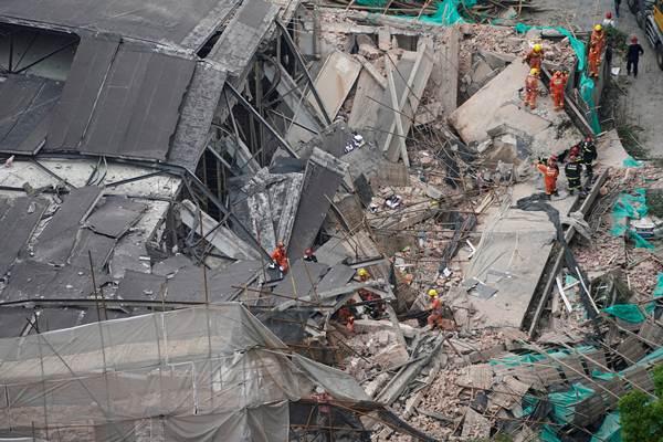 ตึกถล่มใจกลางเซี่ยงไฮ้ ช่วยชีวิตออกจากซากหักพังได้ 19 คนแล้ว