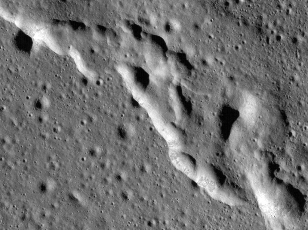 ริ้วรอยบนพื้นผิวที่เกิดจากกิจกรรมทางธรณีบนดวงจันทร์ (HO / NASA / AFP)