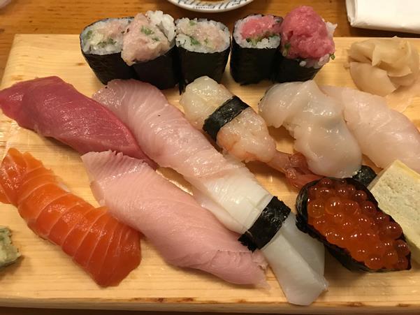 """ภาพจากร้าน """"แท้"""" สังเกตการหั่นปลาจะดูอ่อนช้อยเหมือนห่อหุ้มข้าว แต่ประหลาดตรงข้าวห่อสาหร่ายไส้ทะลัก"""