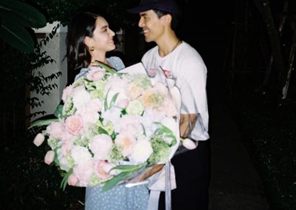 """เบาหวานขึ้นตา! """"เต๋อ"""" หอบดอกไม้ช่อโต อวยพรวันเกิด """"ใหม่ ดาวิกา"""" กลางดึก"""