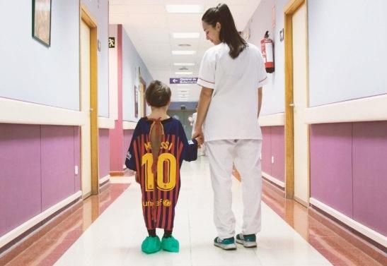 สุดยอด! จัดชุดแข่งทีมดังให้ผู้ป่วยเด็กสวมสร้างกำลังใจ