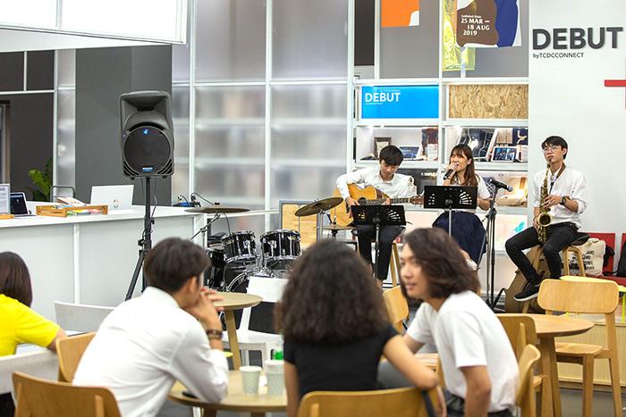 การแสดงดนตรีจากน้องๆ นักศึกษา