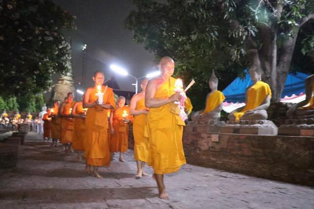 พุทธศาสนิกชน หนุ่ม -สาว หลายพันคน ร่วมเวียนเทียนวันวิสาขบูชา แน่นวัดใหญ่ชัยมงคล