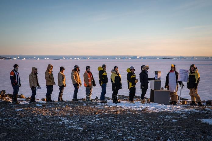 ภาพการเลือกตั้งของบรรดานักวิจัยออสเตรเลียที่คูหาเลือกตั้งเขตทวีปแอนตาร์กติกา  ขั้วโลกใต้