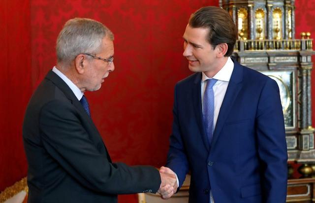 นายกรัฐมนตรี เซบาสเตียน เคิร์ซ แห่งออสเตรีย เข้าหารือกับ ประธานาธิบดี อเล็กซานเดอร์ แวน เดอร์ เบลเลน แห่งออสเตรีย เพื่อเสนอให้ยุบสภาและจัดการเลือกตั้งใหม่โดยเร็ว