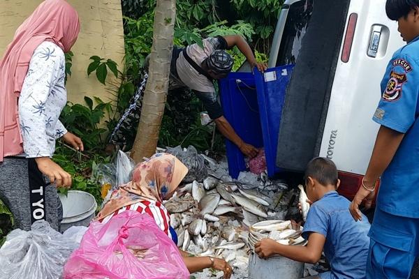 เทกระจาด! พ่อค้าควบกระบะเสียหลักพลิกคว่ำ ปลา-กุ้ง เกลื่อน 6 ชีวิตในรถปลอดภัย