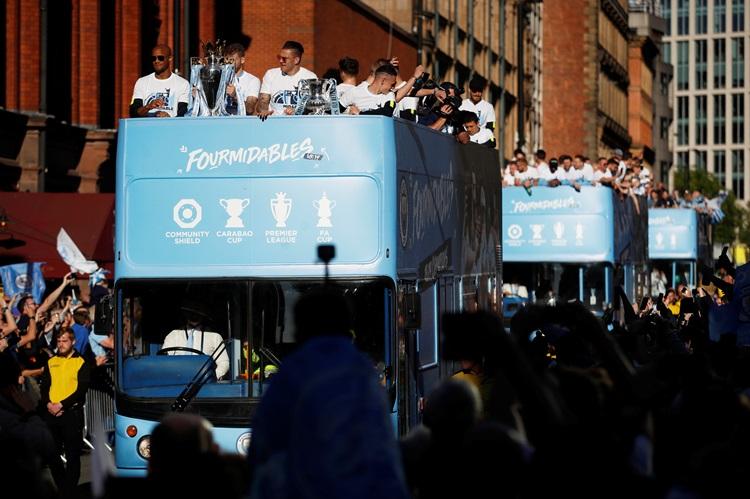 """แมนเชสเตอร์ อีส บลู """"เรือใบ"""" นั่งรถแห่ฉลองแชมป์ทั่วเมือง"""