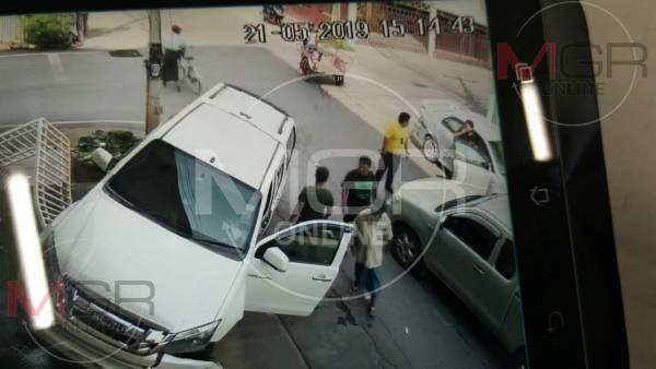 อุทาหรณ์!คุณตาวัย 81 ขับรถแล้ววูบ เก๋งพุ่งชนกระบะกลางสี่แยกแม่สอด คนเจ็บ 3-รถเสียหาย 3 คัน