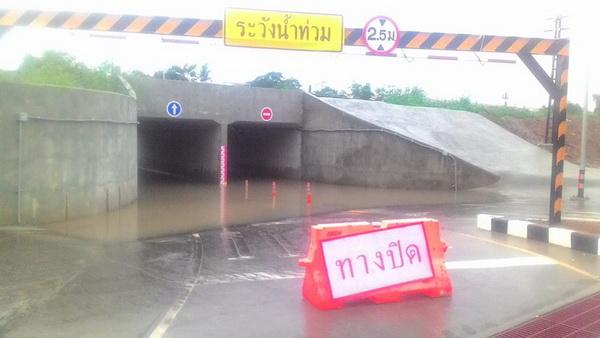 ฝนตกไม่กี่อึดใจ!น้ำท่วมอุโมงค์ลอดรางรถไฟเมืองพล แชร์ประจานว่อน