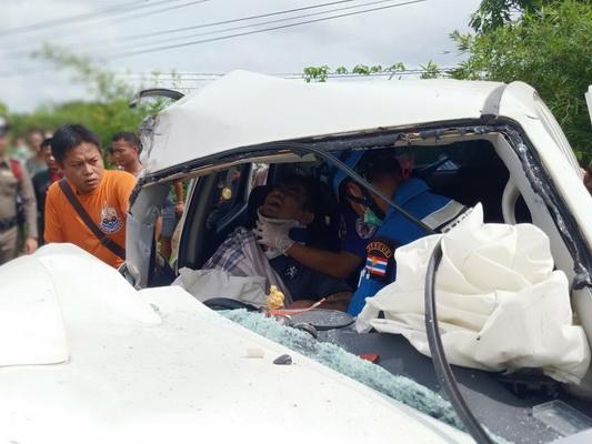 สยอง!กระบะชนรถปูนอย่างแรง กู้ภัยงัดร่างหนุ่มถูกอัดก็อปปี้ส่งโรงหมอ